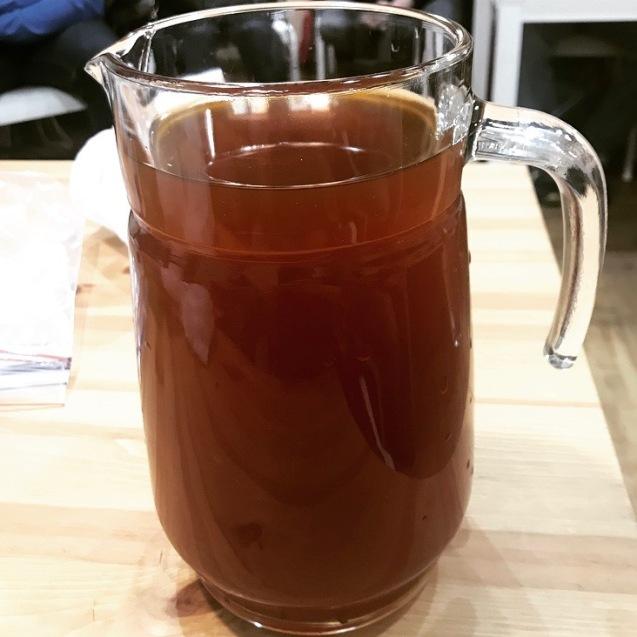 jarra con hidromiel de elaboración casera